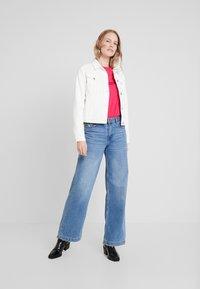 Tommy Hilfiger - NEW TEE  - T-shirts med print - bright jewel - 1