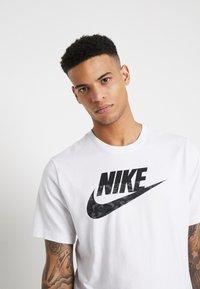 Nike Sportswear - CAMO - T-shirts med print - white/black - 3