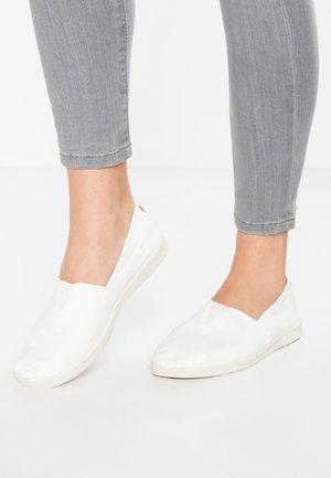CAMPING - Nazouvací boty - blanco