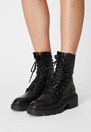 MADNESS - Kotníkové boty na platformě - black