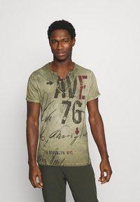 Key Largo - OUTCOME BUTTON - Print T-shirt - military green - 0