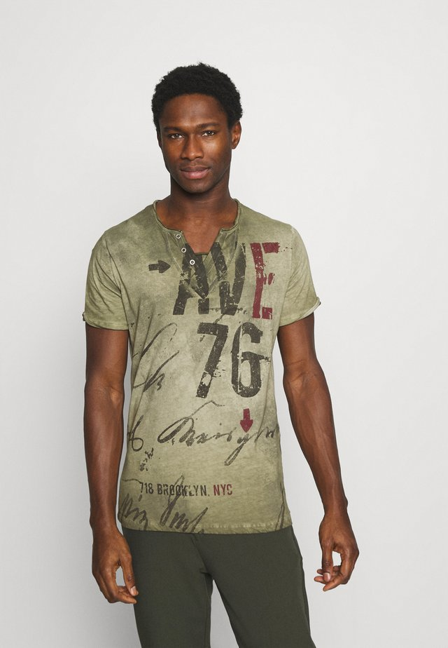 OUTCOME BUTTON - T-shirt imprimé - military green