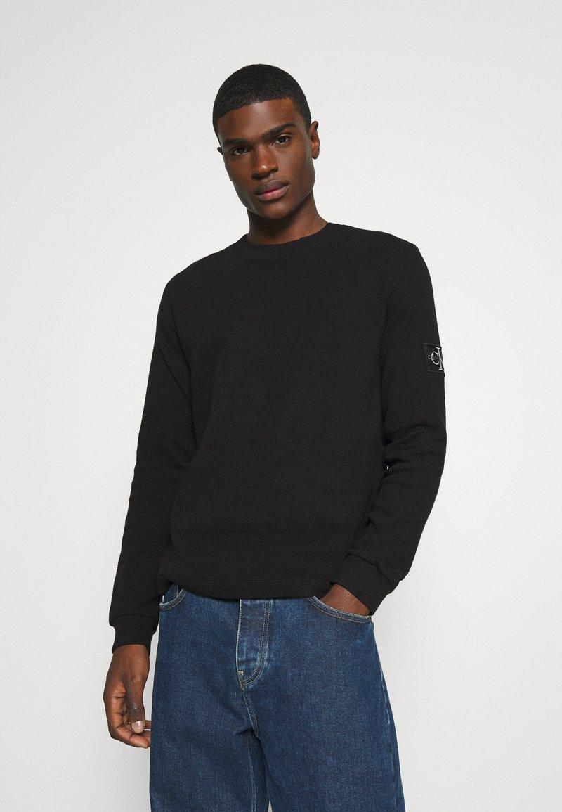 Calvin Klein Jeans - MONOGRAM BADGE WAFFLE - Jumper - black