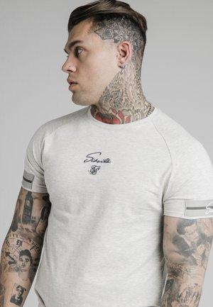 RAGLAN TECH TEE EXPOSED TAPE - Camiseta estampada - light grey