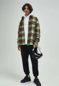 PULL&BEAR - Skjorta - mottled green - 1