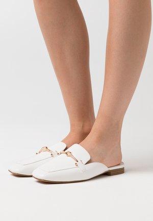 LOGAN - Pantolette flach - white