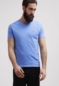 GANT - ORIGINAL SLIM V NECK - T-shirt - bas - pacific blue - 0