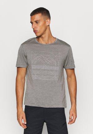 ACTIVIST MESSAGE TEE - Camiseta estampada - soft grey