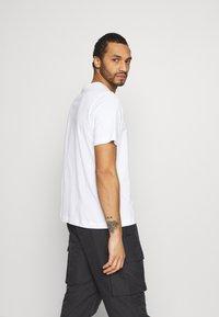 Calvin Klein Jeans - PHOTO TEE UNISEX - T-shirt con stampa - bright white - 2