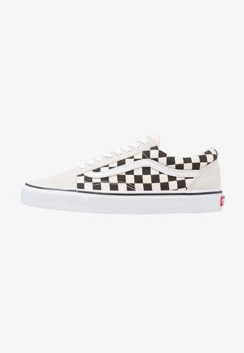 UA OLD SKOOL - Sneaker low - white/black