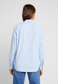 GAP - FITTED OXFORD - Button-down blouse - light blue - 2