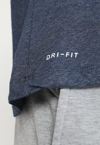 Nike Performance - DRY TEE CREW SOLID - Basic T-shirt - obsidian heather - 5
