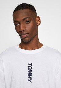 Tommy Jeans - TJM LONGSLEEVE VERTICAL LOGO TEE - Long sleeved top - white - 6