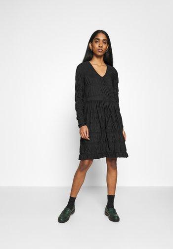 PCBORA SMOCK DRESS - Vestido ligero - black