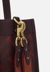Coach - HORSE AND CARRIAGE TOTE - Handbag - oxblood cranberry - 3
