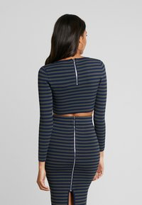 Good American - LONG SLEEVE STRIPE CROP - Topper langermet - dark blue - 4