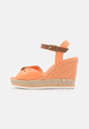 Platform sandals - salmon