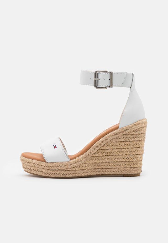 ESSENTIAL WEDGE - Sandalen met plateauzool - white