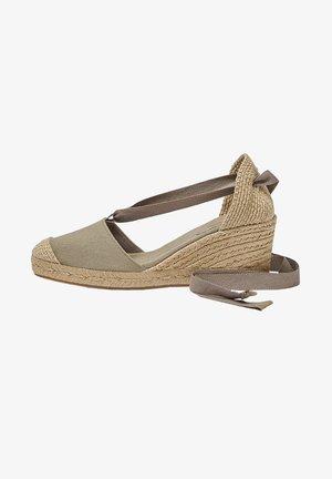 JUTE MIT SCHLEIFE - Sandały na koturnie - brown