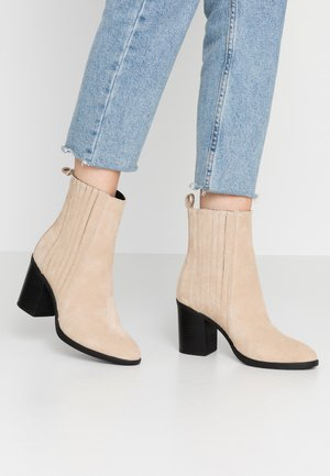 LEATHER CHELSEA BOOTIE - High heeled ankle boots - sand