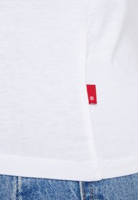 Levi's® - THE PERFECT TEE - Print T-shirt - white - 5