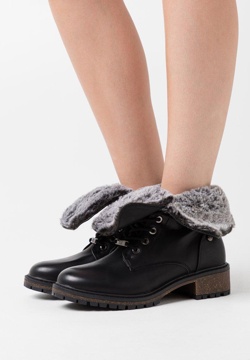 XTI - Kotníková obuv - black