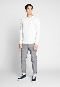 Lacoste - Stickad tröja - farine/marine-farine - 1