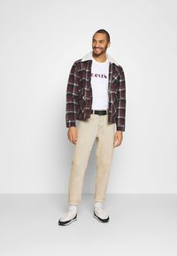 Levi's® - RELAXED FIT TEE UNISEX - T-shirt con stampa - neutrals - 1