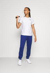 Lacoste Sport - TENNIS PANT BLOCK - Verryttelyhousut - cosmic/navy blue/white - 1