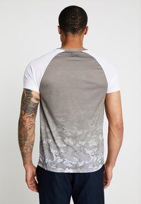 Burton Menswear London - ICONIC TAPED RAGLAN - Triko spotiskem - khaki - 2