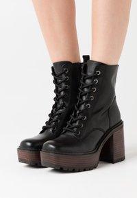 Jonak - KALI - Platform ankle boots - noir - 0
