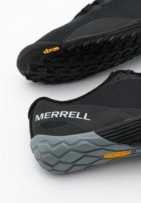 Merrell - VAPOR GLOVE 4 - Obuwie do biegania neutralne - black - 3