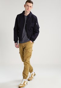 INDICODE JEANS - LEVI - Pantalones cargo - amber - 1