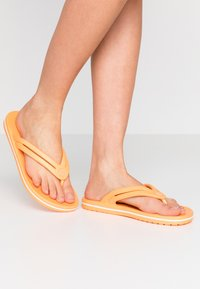 Crocs - CROCBAND - Chanclas de dedo - cantaloupe - 0