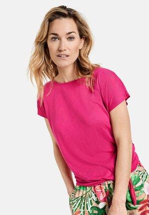 MIT KNOTENDDETAIL - Camiseta estampada - rasberry