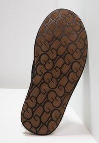 UGG - SCUFF - Domácí obuv - black - 4