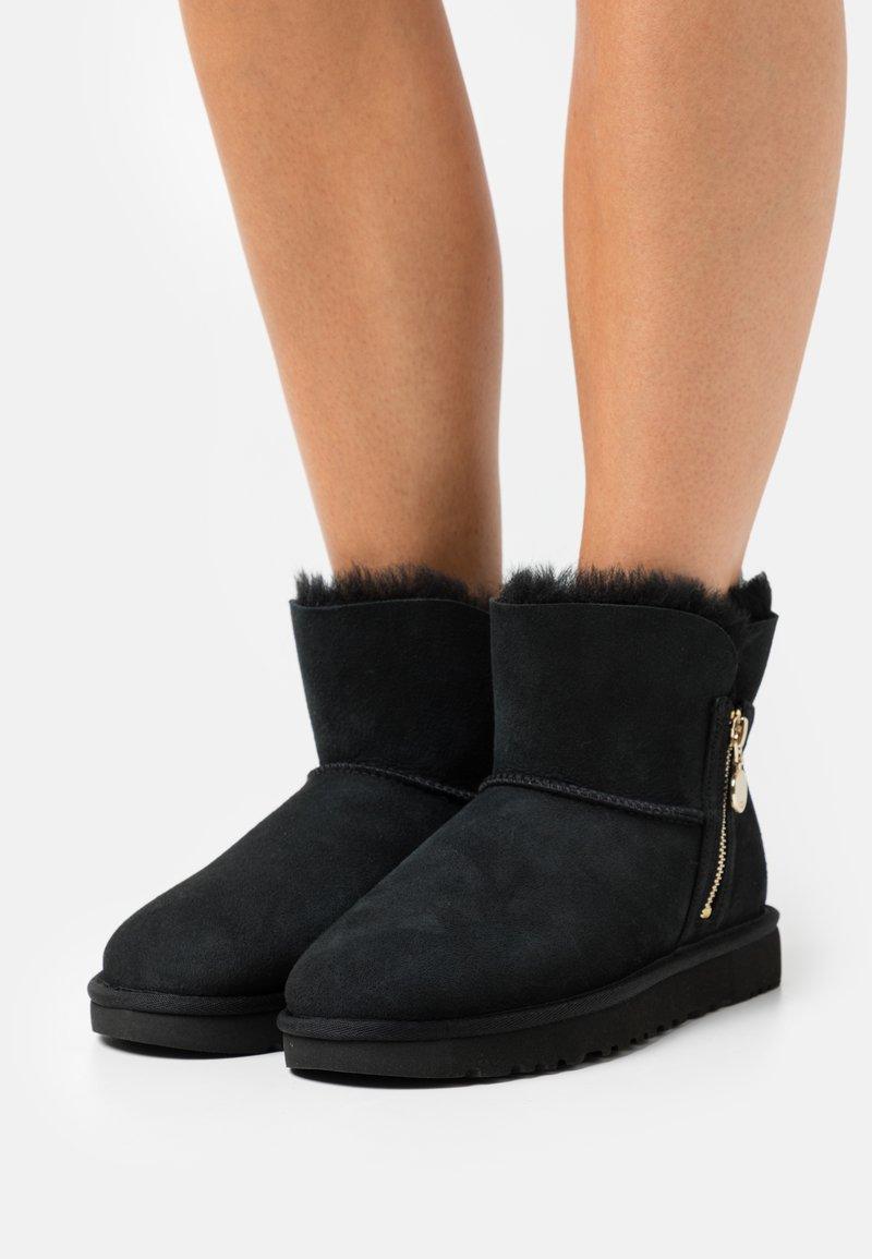 UGG - BAILEY ZIP MINI - Bottes de neige - black