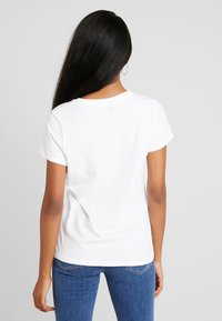 Levi's® - THE PERFECT TEE - Camiseta estampada - white