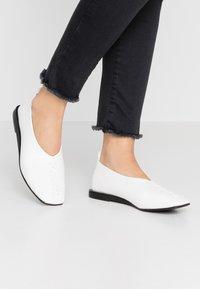 Matt & Nat - VEGAN LIA - Slippers - white - 0