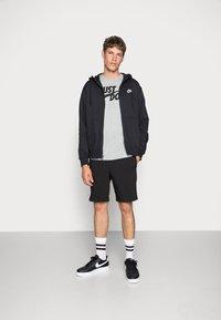 Nike Sportswear - TEE JUST DO IT - Camiseta estampada - grey heather - 1