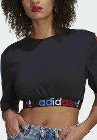 adidas Originals - PRIMEBLUE ADICOLOR ORIGINALS RELAXED T-SHIRT - Camiseta estampada - black - 3