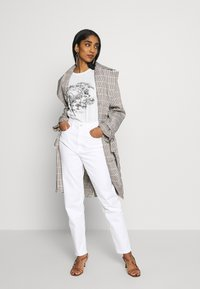 Tommy Jeans - MOM TAPERED - Relaxed fit jeans - white - 1