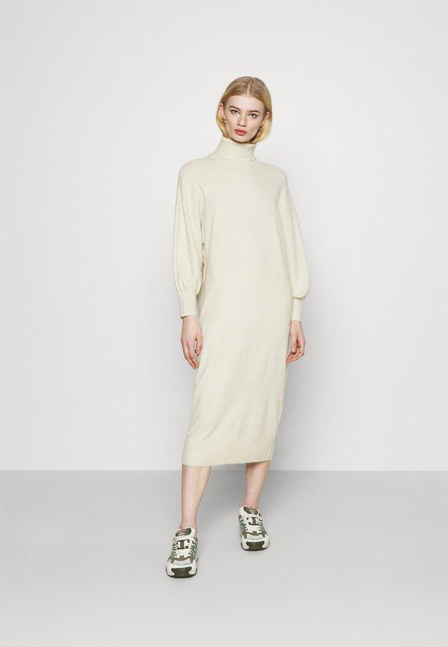 GIA DRESS - Strikket kjole - weiss