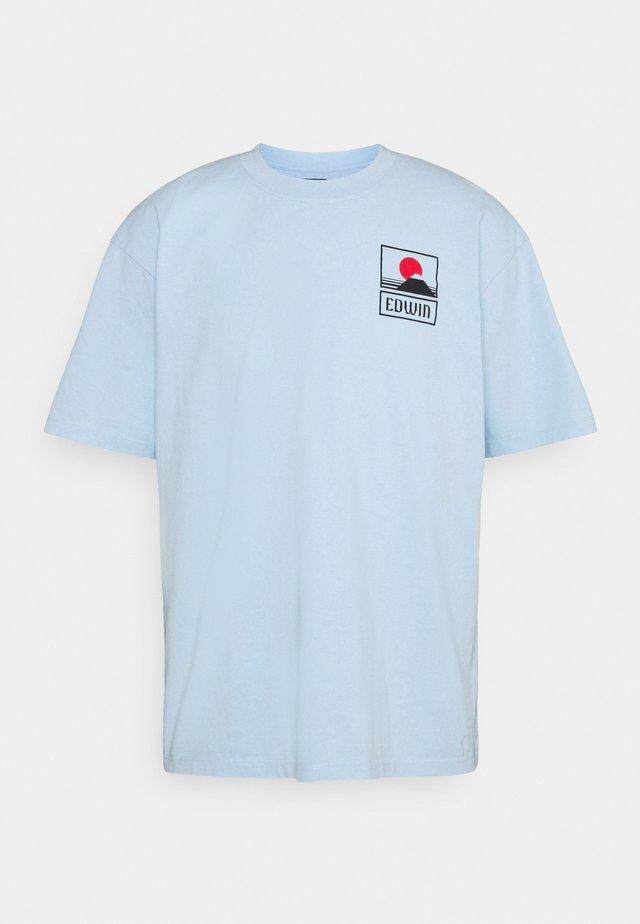 UNISEX SUNSET ON FUJI  - T-shirt imprimé - light blue