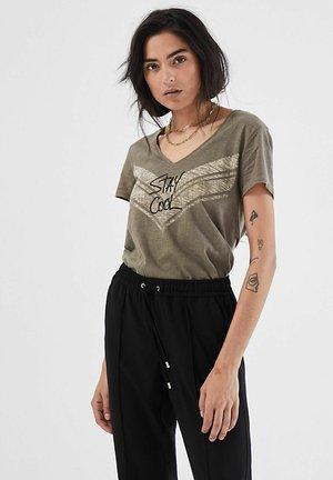 V-NECK AND SHORT SLEEVES - Print T-shirt - kaki