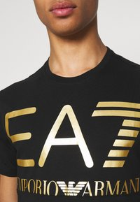 EA7 Emporio Armani - T-shirt med print - black/gold-coloured - 4