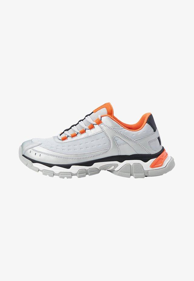 IM TREKKING-STIL IN METALLIC-OPTIK  - Sneakers basse - silver