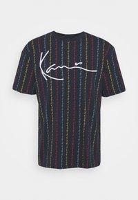 Karl Kani - UNISEX SIGNATURE LOGO PINSTRIPE TEE - Print T-shirt - navy - 4
