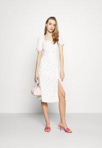 Glamorous - TIE BACK MIDI DRESS WITH PUFF SHORT SLEEVES SQUARE NECKLINE - Kjole - white/pink - 1