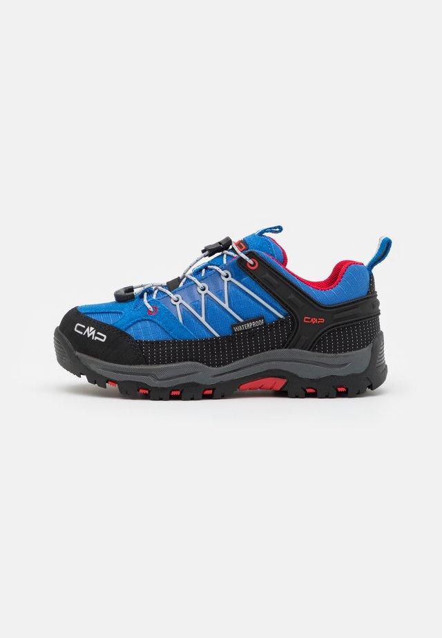 KIDS RIGEL LOW SHOE WP UNISEX - Chaussures de marche - cobalto/stone/fire